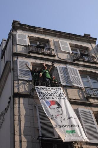 http://www.bizimugi.eu/wp-content/uploads/2012/03/Bizi-lache-une-banderole-juste-au-passage-de-Sarkozy-rue-dEspagne-%C3%A0-Bayonne-Al-332x500.jpg